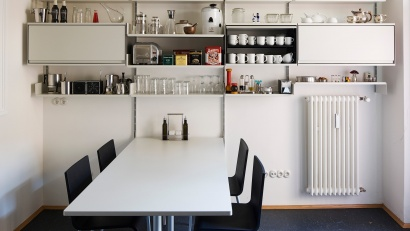 Gather round the table (160cm long); grab the salt and pepper from the shelf; open the cabinets for plates and bowls. A simple and inexpensive kitchen.