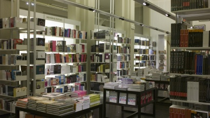 606 Universal Shelving System installed at V&A Bookshop