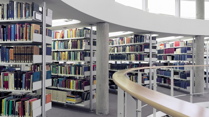 Designer shelves. Modular book shelving in a Library, Vitsœ 606 shelving system at Cambridge University. Strong shelves for large book collections. Floor to ceiling bookshelves. Dieter Rams designs