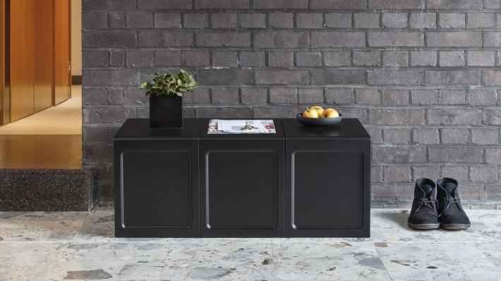 ブラックの 621 テーブルを3つ並べて、玄関先のベンチのように。