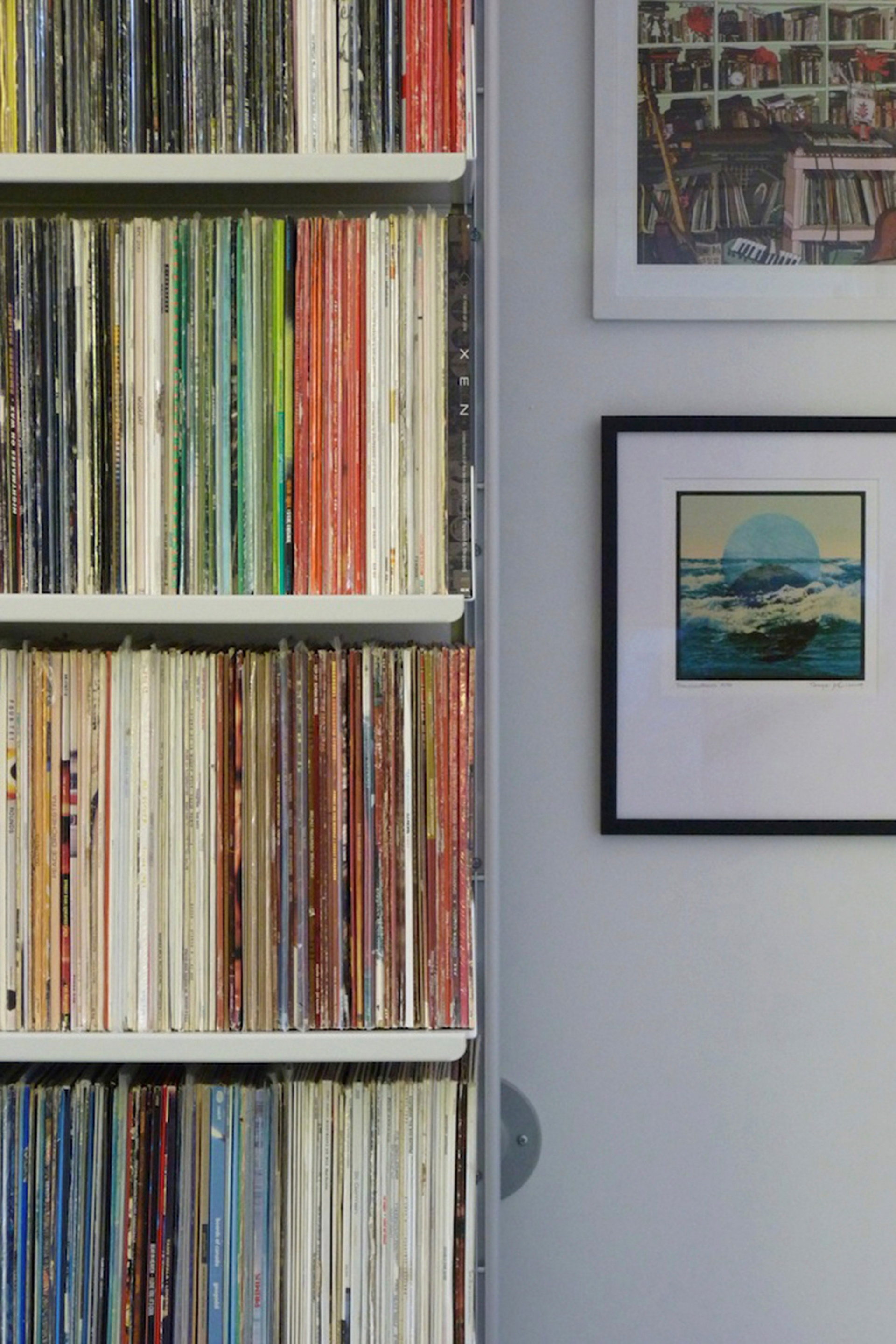 An invisible shelving system bearing the heaviest of loads: vinyl, LP or record, according to your taste. 36cm-deep shelves combined with a semi-wall mounted system