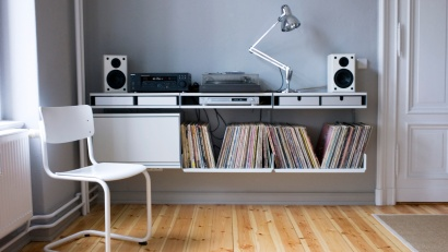 Let's assume the bass is shaking the tripod on this one. A surface for amplifier and record player is created by using the double shelf, which has two surfaces and space for aluminum trays within, to store needles, jacks and weights