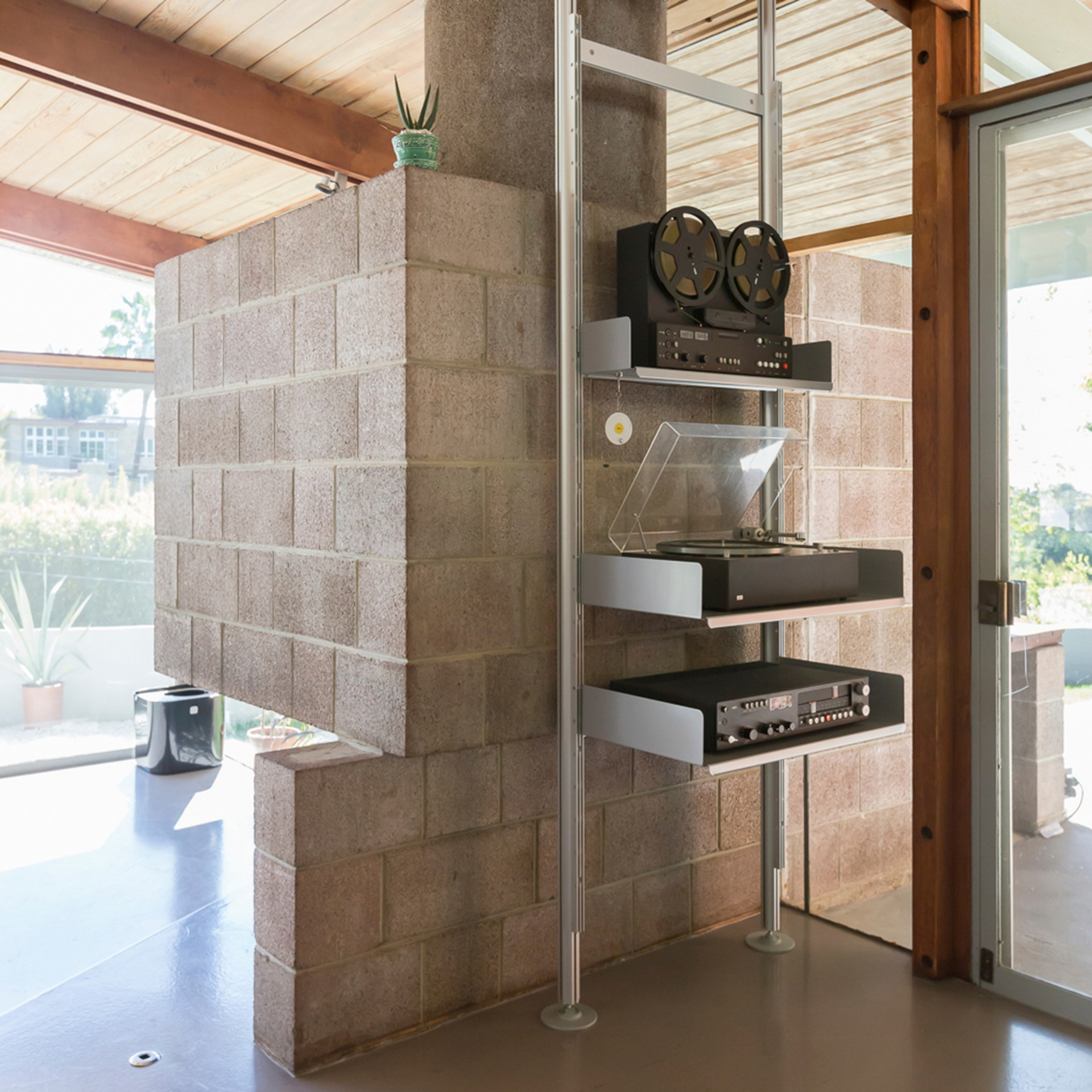 In Los Angeles the 606 Universal Shelving System is compressed in an A. Quincy Jones home