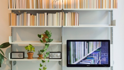 Here a TV is integrated into a shelving system via our mounting panel at our New York shop, hence the books displayed spine-in