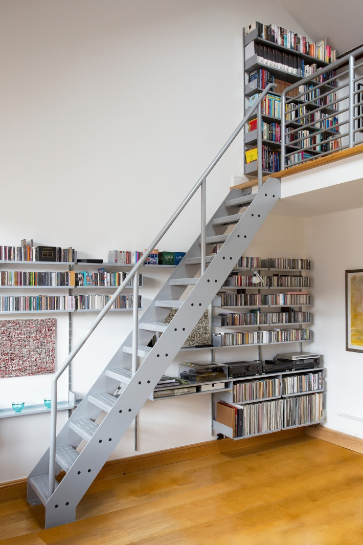 We planned the shelves meticulously while our customer specified RAL 9006 silver for their stairs – to match those shelves. Thoughtful
