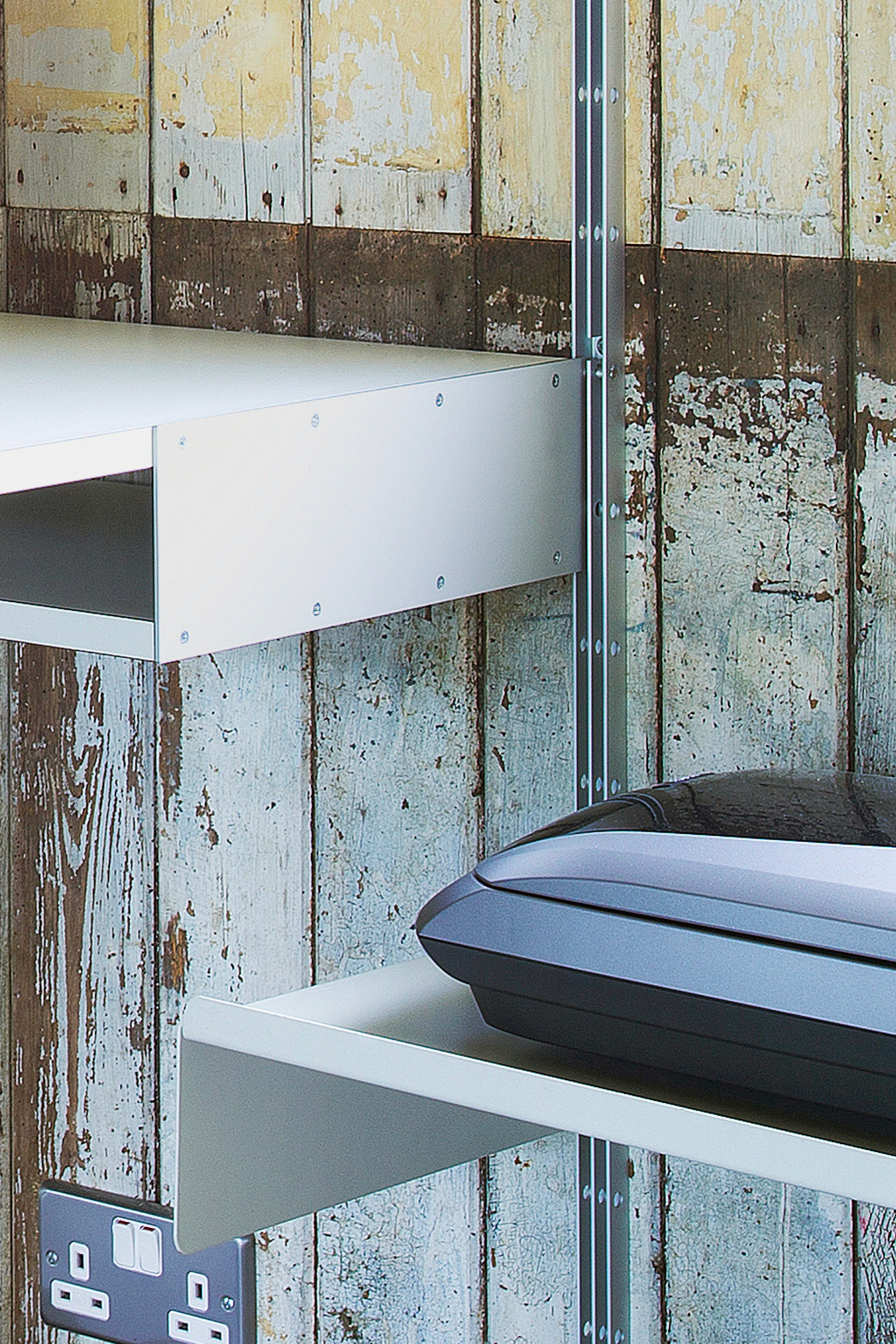 The aluminium pin holds the desk shelf into the E-Track