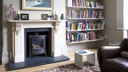 Die ideale Lösung für Alkoven in Ihrem Wohnzimmer: Bedacht auf die Raumarchitektur, oberhalb von Boden und Sockelleiste angebracht – und nahezu unsichtbar.
