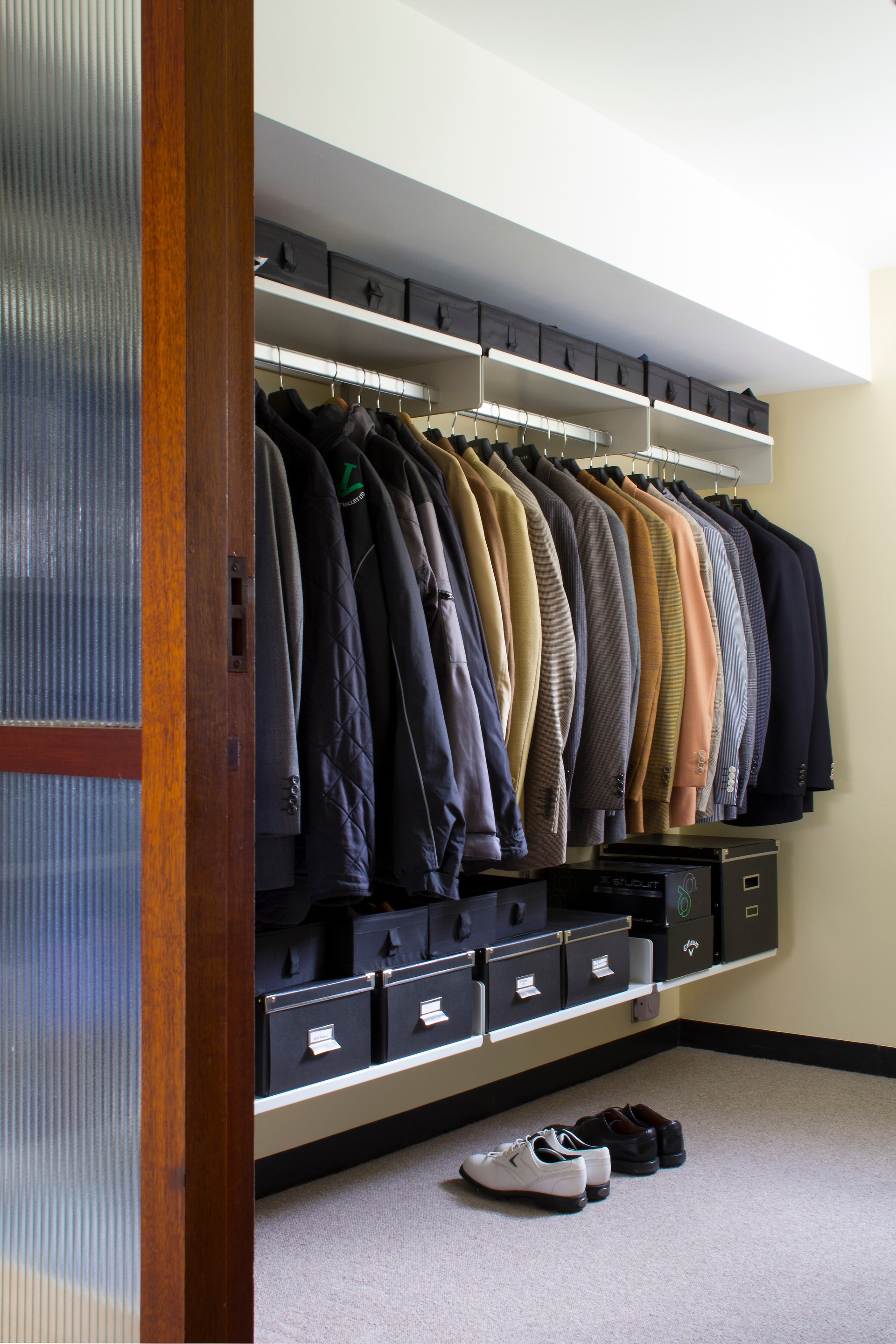 The 606 Universal Shelving System is often used for walk-in wardrobes. Here boxes are used to tidy smaller items away