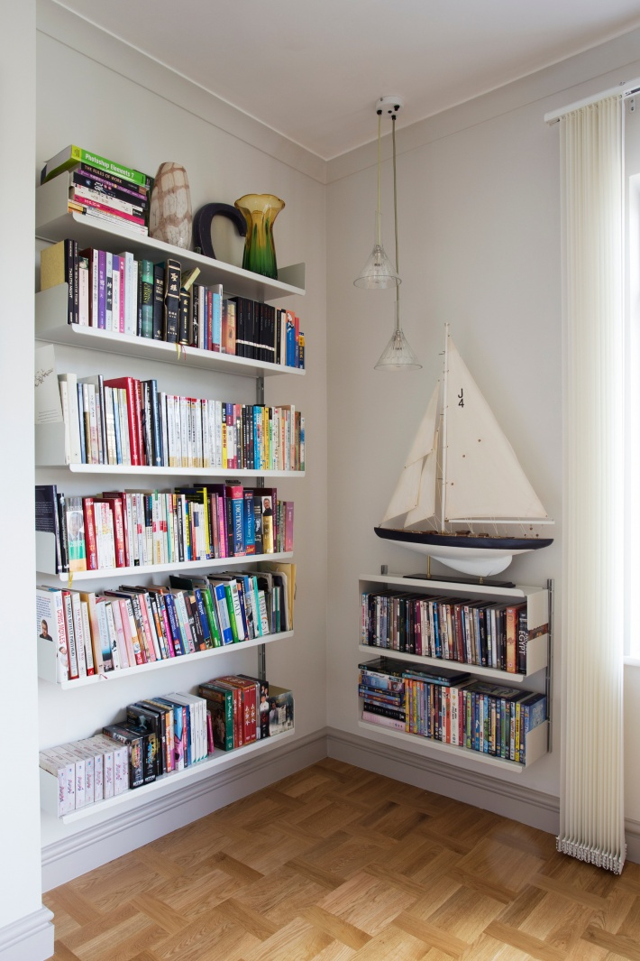 Short tracks and a flipped shelf allow display of one's yacht. Make good use of your corners