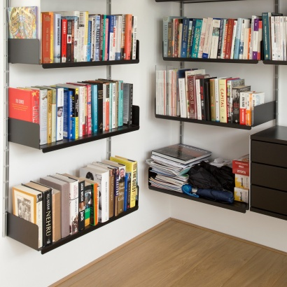 Corner bookcases, strong shelves for book collections, Vitsœ 606 modular shelving system. Designer Dieter Rams