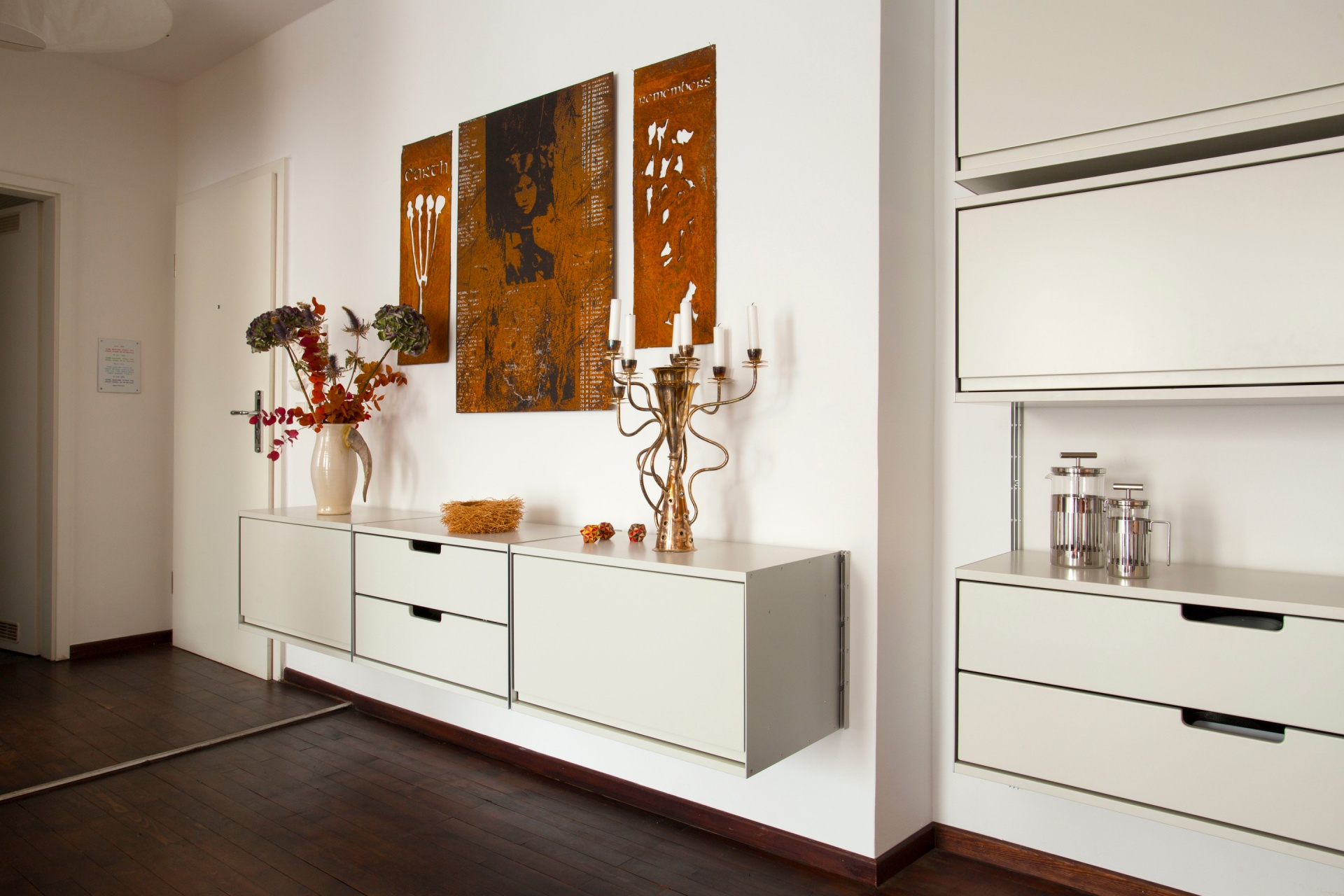 Six cabinets contain much storage so that art and objects come to the fore