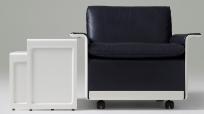 mid-century modern lounge chair, comfortable leather reading chair, black. becomes a modular sofa, leather, black. Nesting pair side table 621. The iconic 620 Chair Programme. Designer Dieter Rams, hand-made by Vitsœ, 1962