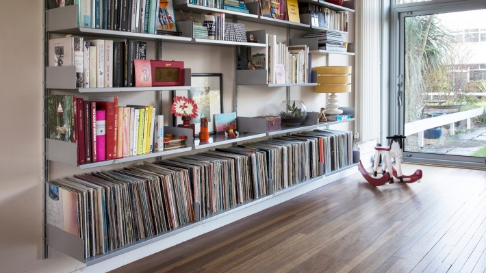 vinyl shelves and bookshelves for living room. Large vinyl record collections. Bookends for best LP storage position. Strong, beautiful and modern, modular Vitsœ 606 shelving systems. Designer Dieter Rams.