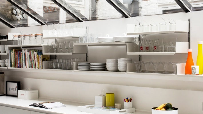 open kitchen shelving. strong shelves for heavy kitchenware. Vitsœ 606 modular shelving system. Designer Dieter Rams