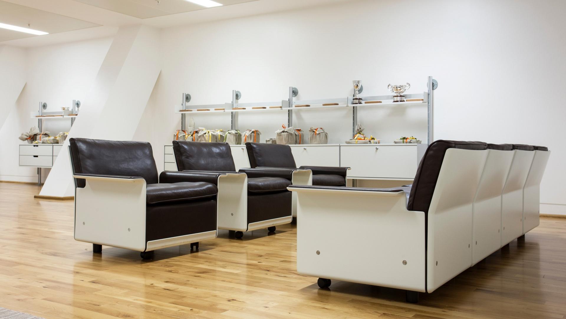 Verwandeln Sie einzelne Sessel in ein Sofa – mit nur einem Werkzeug.