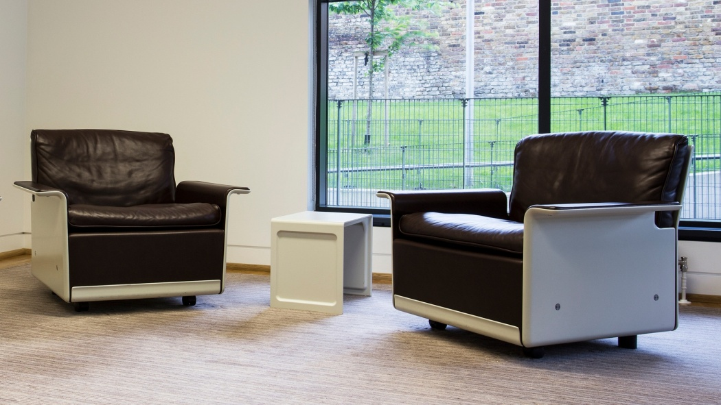 The 620 Chair Programme and 621 Table provide adaptable and durable comfort in an office space