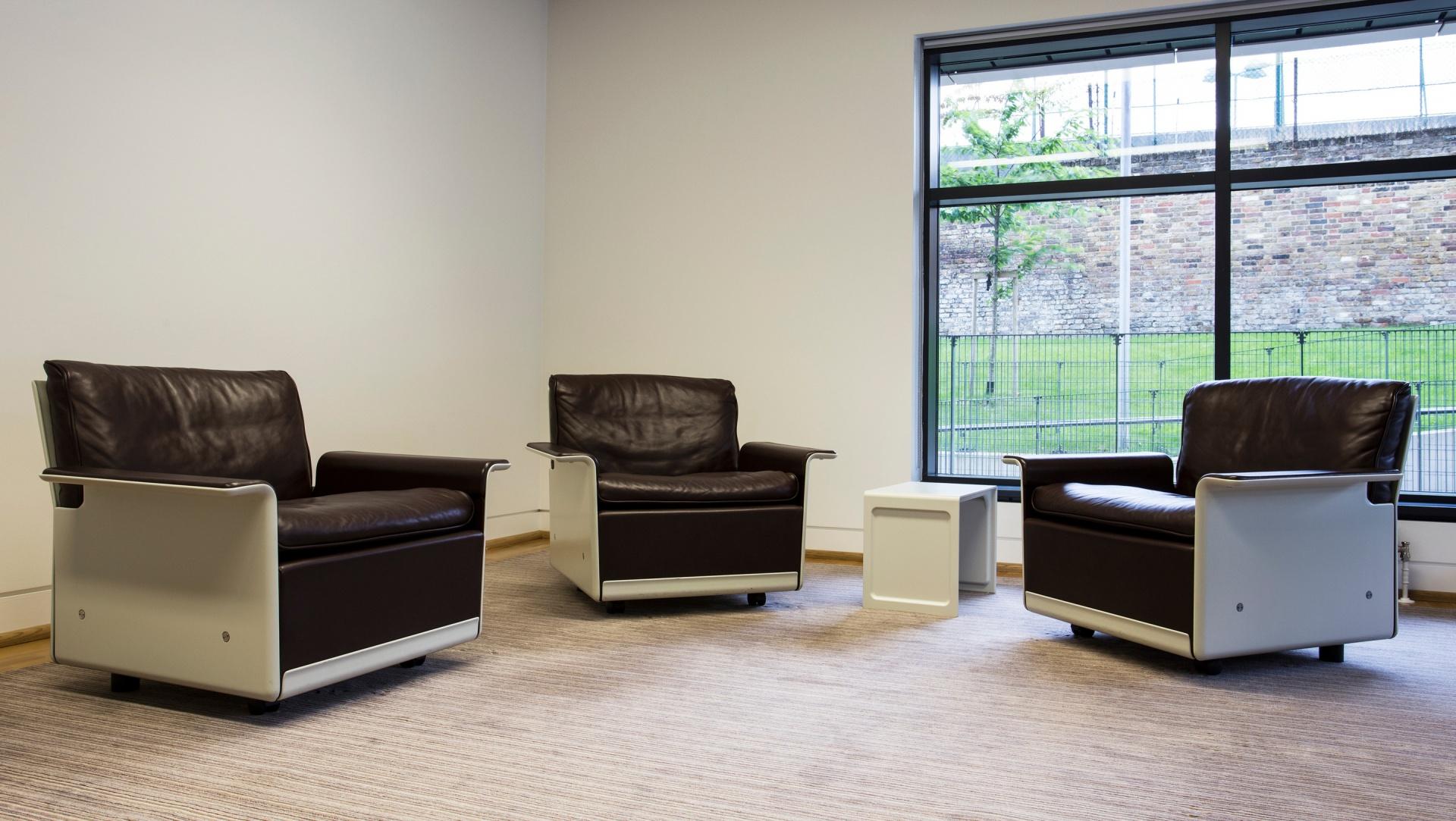 Das Sesselprogramm 620 und der Tische 621 schaffen flexiblen und langlebigen Komfort in Büroräumen.