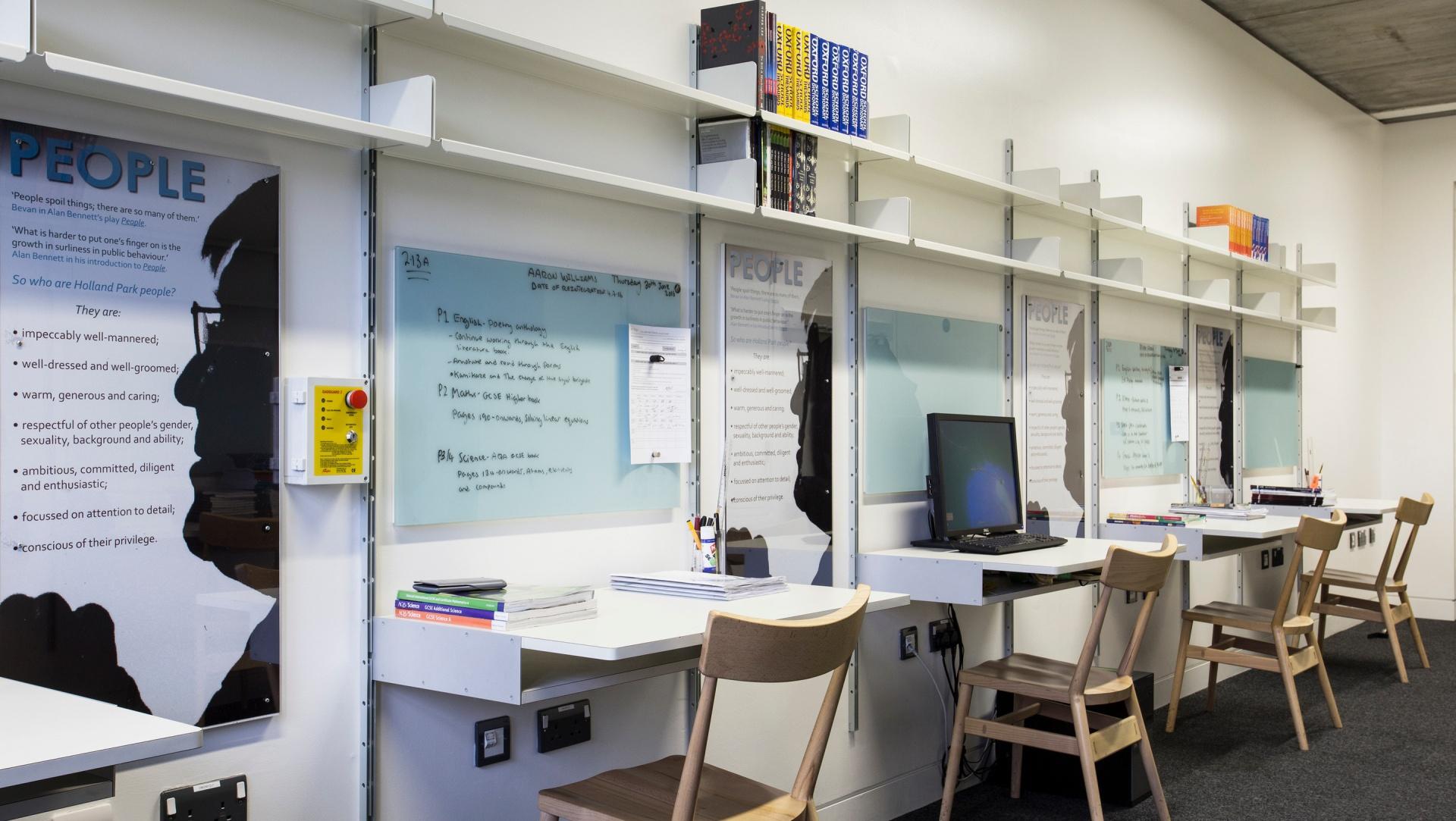 Das Regalsystem 606 in Schul- oder Büroräumen ermöglicht zukunftssicheres Planen: Bei Bedarf können weitere Tische ergänzt oder existierende durch Tablare ersetzt werden, wenn mehr Stauraum erforderlich wird.