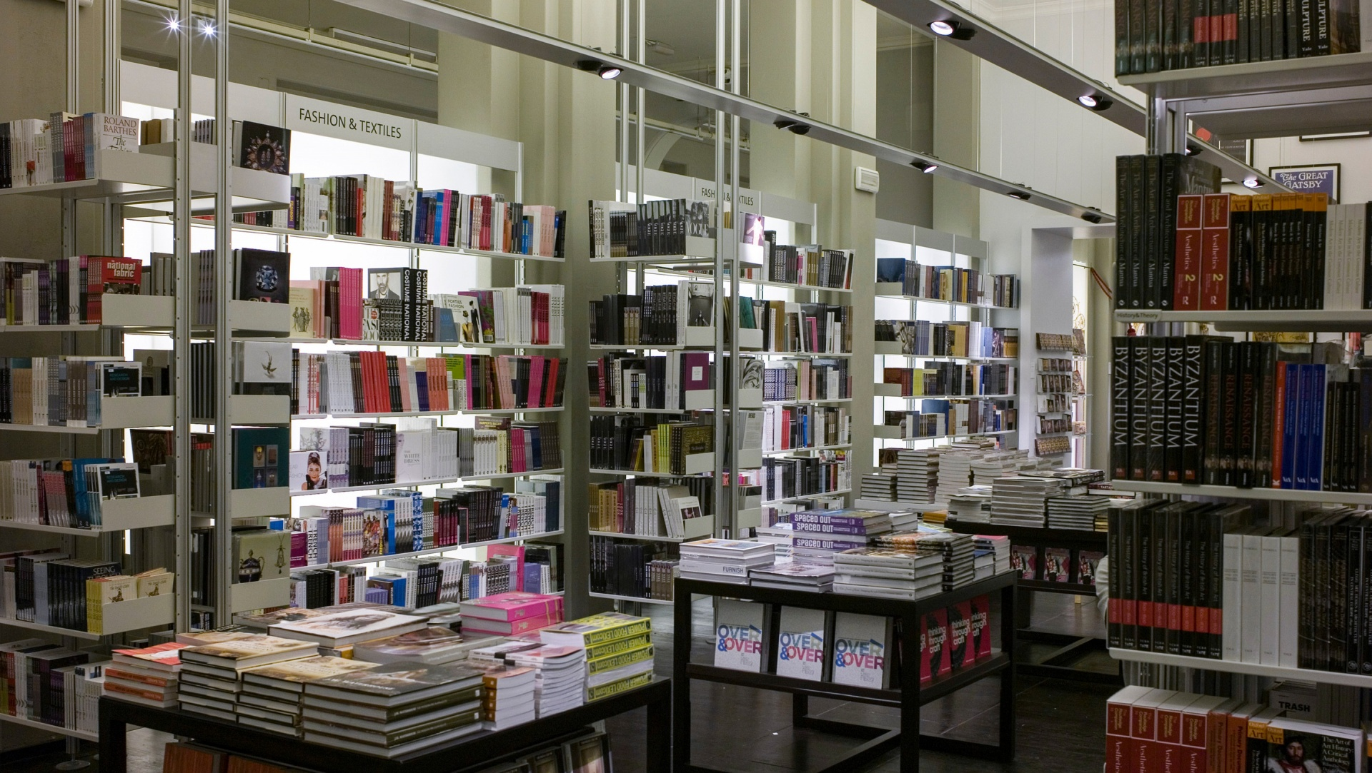 Die Bücher werden in zwischen Boden und Decke verspannten Regalen vor Glaswänden aufbewahrt.