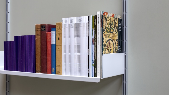strong shelves for heavy and larger books, metal, Vitsœ 606 modular shelving system. Designer Dieter Rams