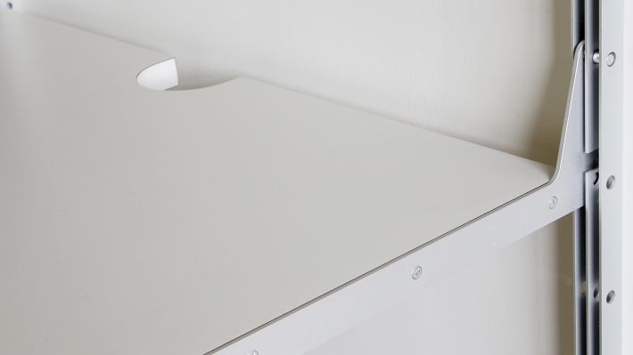 606 integrated table, cutout for cables behind the table
