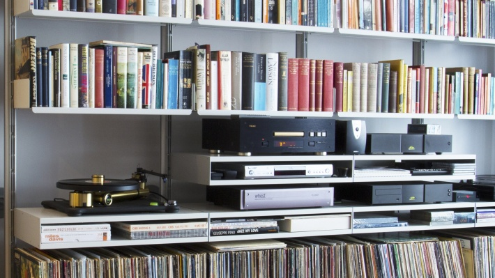 vinyl shelves, Strong media storage and record players, TV stand, hi-fi modular shelving system. Vitsœ, designer Dieter Rams