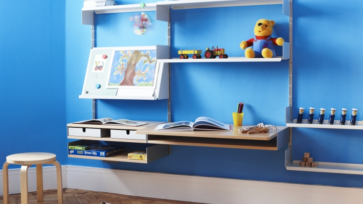 Kids desk with shelving. Study room. Sloping shelf for art display, open books. Strong metal shelves. Vitsœ 606 modular system. Designer Dieter Rams
