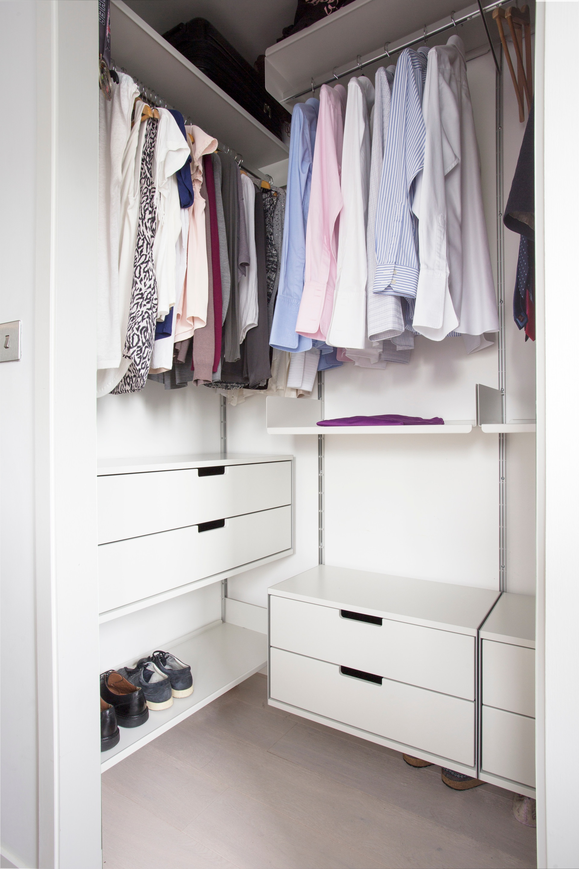 Bedroom/wardrobe with 606 Universal Shelving System