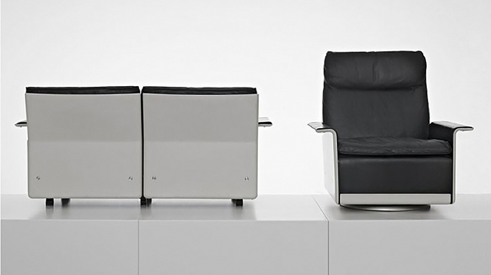 High back armchair, modern designer armchair, comfortable reading chair uk, in black leather. Modular sofa, two-seater sofa. leather, black 621. Designer 620 Chair by Dieter Rams. Hand-made by Vitsœ 1962.