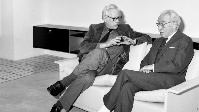 Designer modern armchair. Dieter Rams and founder, Niels Vitsoe, on a two-seat 620 modular sofa in the late 1980s