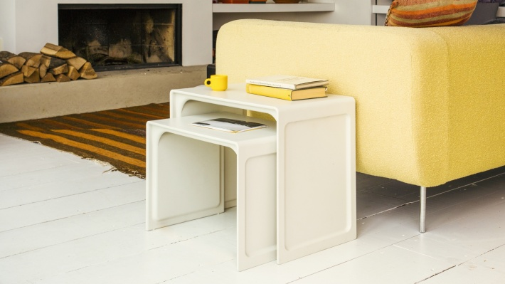 Nesting Side table 621 in off-white as a sofa companion in a living room. Durable, modern, versatile, stylish. Dieter Rams design, made by Vitsœ