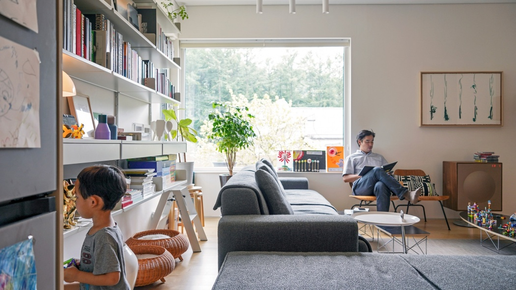Sairom and PJ Lee's living room minimalist design with Vitsœ shelving for bookcases / library