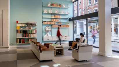 Vitsœ shop in London in Marylebone Lane, 606 shelving system and 620 chairs in the background